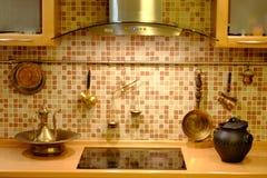 Χαλκός cookware στον τοίχο κουζινών Στοκ Φωτογραφίες