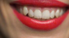 Χείλια ή στόμα της χαμογελώντας γυναίκας με το κόκκινο κραγιόν απόθεμα βίντεο