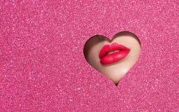 Χείλια μιας νέας όμορφης γυναίκας με ένα κόκκινο κραγιόν στοκ φωτογραφίες με δικαίωμα ελεύθερης χρήσης