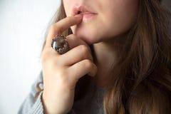 χείλια δάχτυλων πλησίον Στοκ φωτογραφία με δικαίωμα ελεύθερης χρήσης
