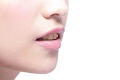 Χείλια γυναικών και κίτρινο δόντι Στοκ φωτογραφία με δικαίωμα ελεύθερης χρήσης