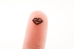 Χείλια που επισύρονται την προσοχή σε μια άκρη δάχτυλων Στοκ φωτογραφία με δικαίωμα ελεύθερης χρήσης