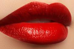 χείλια προκλητικά Κόκκινα χείλια ομορφιάς Όμορφη κινηματογράφηση σε πρώτο πλάνο σύνθεσης Αισθησιακό στόμα Κραγιόν και Lipgloss Στοκ Εικόνες