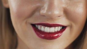 χείλια προκλητικά Κόκκινη λεπτομέρεια χειλικού Makeup ομορφιάς Όμορφη κινηματογράφηση σε πρώτο πλάνο σύνθεσης Αισθησιακό ανοικτό  φιλμ μικρού μήκους