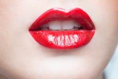 χείλια προκλητικά Κόκκινη λεπτομέρεια χειλικού Makeup ομορφιάς στοκ φωτογραφία