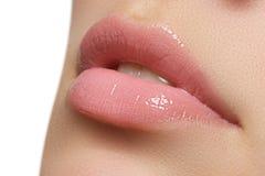 χείλια φυσικά Κλείστε επάνω το βλαστό του νέου όμορφου κοριτσιού με το τέλειο δέρμα χείλια Στοκ Εικόνες