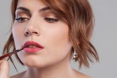 Χειλική makeup διδακτική κινηματογράφηση σε πρώτο πλάνο Ομορφιά γυναικών στοκ φωτογραφία