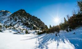 Χειμερινά βουνά και λάμποντας ήλιος Στοκ φωτογραφία με δικαίωμα ελεύθερης χρήσης