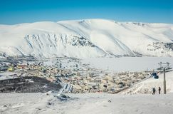Χειμερινά βουνά με την παγωμένη λίμνη στη Ρωσία, Khibiny, χερσόνησος κόλα στοκ φωτογραφία με δικαίωμα ελεύθερης χρήσης