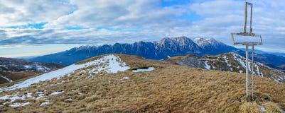 Χειμερινά βουνά, πανόραμα πέρα από τα βουνά Bucegi Στοκ Φωτογραφία