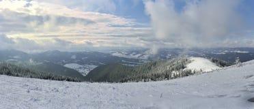 Χειμερινά βουνά στα σύννεφα διαδρομή για να κάνει σκι και Στοκ Εικόνες