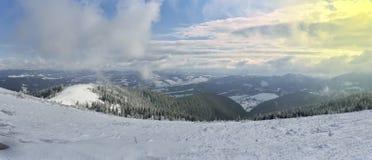 Χειμερινά βουνά στα σύννεφα διαδρομή για να κάνει σκι και Στοκ Φωτογραφίες