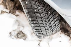 Χειμερινά ελαστικά αυτοκινήτου με τις ακίδες στοκ εικόνα
