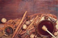 Χειμερινά καρυκεύματα και συστατικά για το μαγείρεμα Στοκ φωτογραφία με δικαίωμα ελεύθερης χρήσης