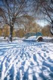 Χειμερινά παγωμένα δέντρα και παλαιά χιονώδης γέφυρα στο χειμερινό πάρκο Στοκ Εικόνες