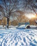 Χειμερινά παγωμένα δέντρα και παλαιά χιονώδης γέφυρα στο χειμερινό πάρκο Στοκ εικόνες με δικαίωμα ελεύθερης χρήσης