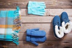 Χειμερινά παπούτσια, γάντια, μαντίλι στο ξύλινο υπόβαθρο στοκ εικόνα με δικαίωμα ελεύθερης χρήσης