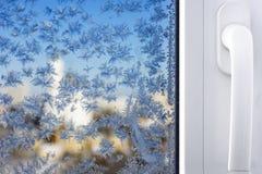 Χειμερινά σχέδια στο παράθυρο Στοκ φωτογραφία με δικαίωμα ελεύθερης χρήσης