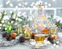 Χειμερινά χρυσά φω'τα διακοσμήσεων Χριστουγέννων τσαγιού φλυτζανιών Στοκ εικόνες με δικαίωμα ελεύθερης χρήσης