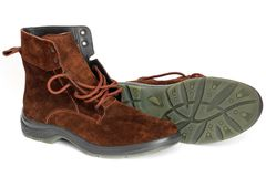 Χειμερινές μπότες σε μια άσπρη ανασκόπηση στοκ εικόνες