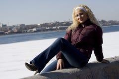 χειμερινές νεολαίες γυναικών πάρκων Στοκ φωτογραφία με δικαίωμα ελεύθερης χρήσης