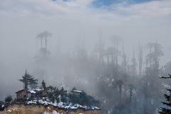 Χειμερινές ομίχλες στα βουνά των νότιων Ιμαλαίων στοκ εικόνα