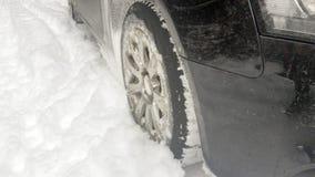 Χειμερινές ρόδες στο χιονώδη δρόμο Στοκ φωτογραφία με δικαίωμα ελεύθερης χρήσης