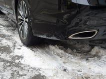 Χειμερινές ρόδες στο δρόμο που καλύπτεται με το χιόνι Στοκ Φωτογραφίες