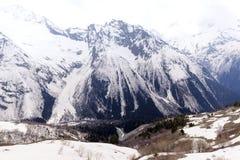 Χειμερινή άνοιξη του 2018, τοπίο βουνών Καύκασου βουνών στοκ εικόνες
