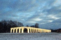 Χειμερινή άποψη αρχιτεκτονικής φωτισμένος arcade των αρχαίων εμπορίων στο προαύλιο Yaroslav ` s σε Veliky Novgorod, Ρωσία Στοκ εικόνα με δικαίωμα ελεύθερης χρήσης