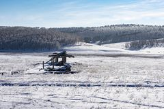 Χειμερινή άποψη ενός εγκαταλειμμένου αγροκτήματος χοίρων στο χωριό στοκ φωτογραφίες