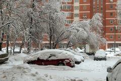 Χειμερινή άποψη σχετικά με τα αυτοκίνητα κάτω από το χιόνι Στοκ Φωτογραφίες