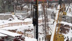 Χειμερινή άποψη της οδηγώντας διαδικασίας εργασίας μηχανών σωρών απόθεμα βίντεο