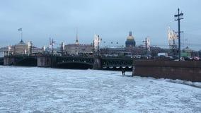 Χειμερινή άποψη του πάγος-καλυμμένου καθεδρικού ναού ποταμών Neva, γεφυρών παλατιών, ναυαρχείου και Αγίου Isaac ` s από το Vasile απόθεμα βίντεο