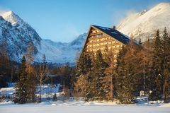 Χειμερινή άποψη του χωριού pleso Strbske με το ξενοδοχείο, τις κωνοφόρες δασικές και χιονώδεις αιχμές Στοκ Εικόνες