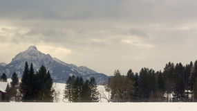 Χειμερινή άποψη των βουνών Άλπεων από το δρόμο κατωτέρω Στοκ Εικόνα