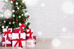 Χειμερινή έννοια - διακοσμημένο χριστουγεννιάτικο δέντρο με τις ζωηρόχρωμες σφαίρες Στοκ φωτογραφίες με δικαίωμα ελεύθερης χρήσης