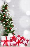 Χειμερινή έννοια - κιβώτια δώρων και διακοσμημένο χριστουγεννιάτικο δέντρο με ομο Στοκ εικόνες με δικαίωμα ελεύθερης χρήσης