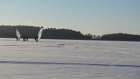 Χειμερινή λίμνη ανθρώπων κυματωγών πανιών πάγου χιονιού λιμνών μεταφορών οχήματος για το χιόνι απόθεμα βίντεο