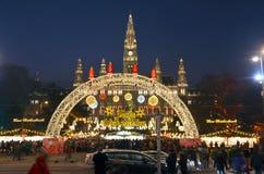 Χειμερινή αγορά 2016 της Βιέννης κοντά townhall στη νύχτα στοκ εικόνα