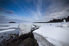 Χειμερινή ακτή της άσπρης θάλασσας κάτω από το θαυμάσιο ουρανό Στοκ Εικόνες