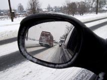 Χειμερινή αντανάκλαση στο οπισθοσκόπο αυτοκίνητο καθρεφτών Στοκ φωτογραφία με δικαίωμα ελεύθερης χρήσης
