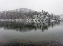 Χειμερινή αντανάκλαση στο χιονώδη ποταμό Στοκ Εικόνες