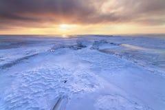 Χειμερινή αυγή στην παγωμένη λίμνη Στοκ εικόνες με δικαίωμα ελεύθερης χρήσης