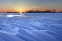 Χειμερινή αυγή στην παγωμένη λίμνη Στοκ Εικόνα