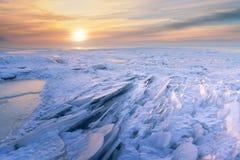Χειμερινή αυγή στην παγωμένη λίμνη Στοκ Εικόνες