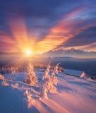 Χειμερινή αυγή στο ορεινό χωριό Στοκ Φωτογραφίες