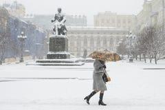 Χειμερινή γυναίκα κάτω από μια ομπρέλα σε ένα υπόβαθρο πόλεων στοκ φωτογραφία με δικαίωμα ελεύθερης χρήσης