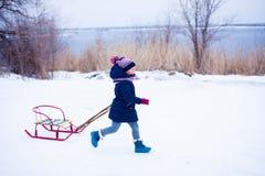 Χειμερινή διασκέδαση χιονιού με το παιδί στοκ εικόνες