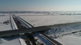 Χειμερινή διασταύρωση κυκλικής κυκλοφορίας που βλέπει άνωθεν, άποψη κηφήνων φιλμ μικρού μήκους